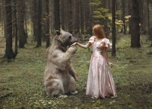 Katerina Plotnikova did something extremely amazing! She used no photoshop! All poses and animals are real! Fosgrafi.com